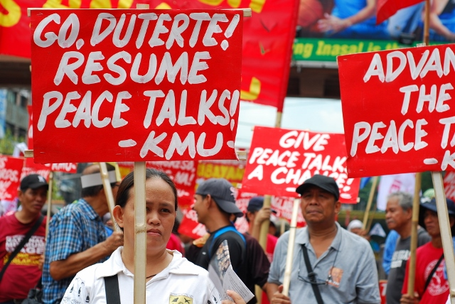 Workers call for the resumption of peace negotiations.